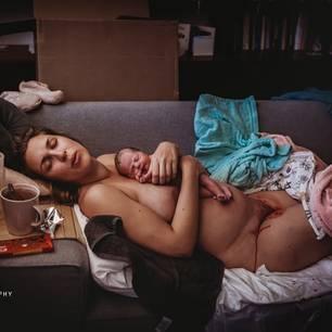 Geburtsfotos 2020: Frau mit Neugeborenen auf ein Couch
