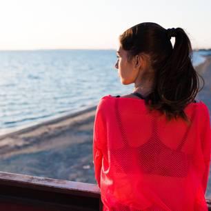 Horoskop: Eine nachdenkliche, traurige Frau schaut aufs Meer