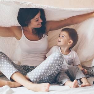 Die schrägsten Liebeserklärungen von Kindern an ihre Mama: Mutter mit Sohn unter Decke