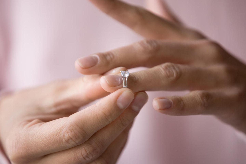 Studie: Eine Frau nimmt ihren Ehering ab