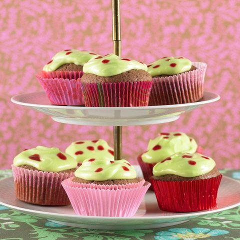 Kakao-Cupcake mit Minzcreme und Himbeertupfen
