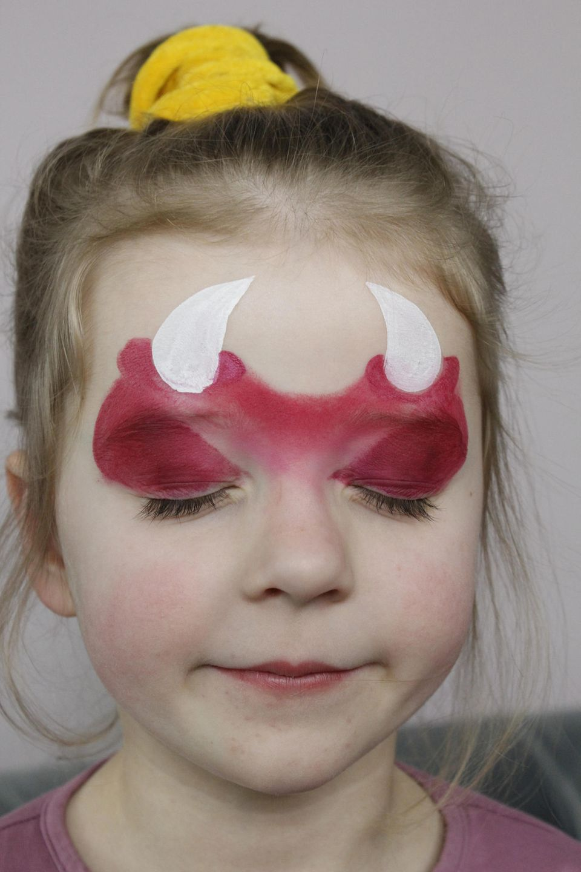 Teufel schminken: Hörner aufmalen