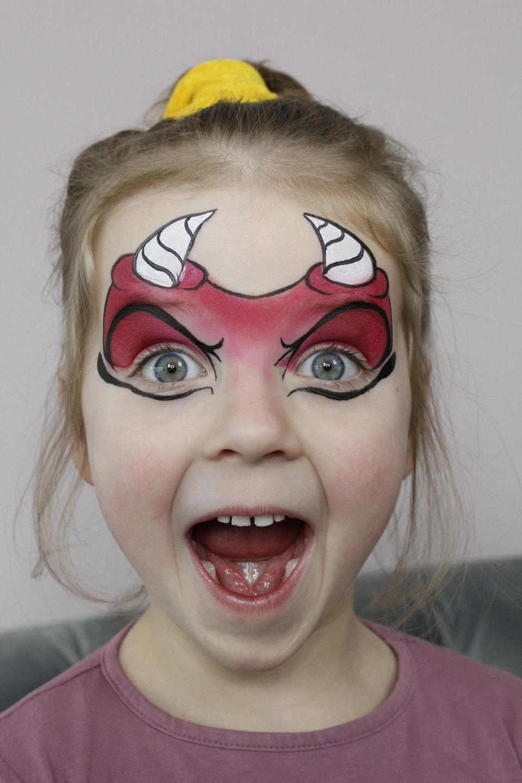 Teufel schminken: Schwarze Außenlinien aufmalen