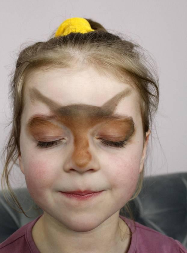 Reh schminken: Grundierung auftragen