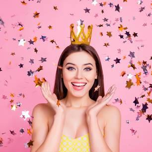 Frau mit Krone vor pinkem Hintergrund