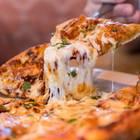 Geschnittene Pizza auf Teller