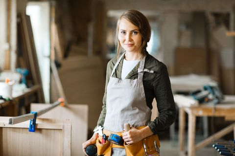 Installateur: Installateurin in Arbeitskleidung