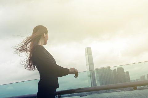 Chinesische Businessfrau am Wasser
