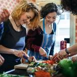 Frauen kochen gemeinsam