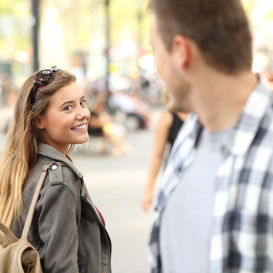 6 Sternzeichen, die besonders gut flirten können: Mann und Frau auf Straße