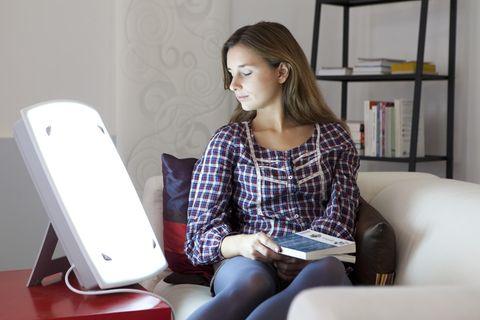 Lichttherapie: Frau verwendet Lampe zur Therapie