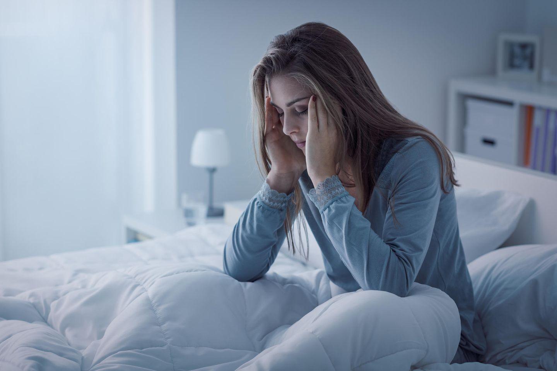 Einschlaftipps: Müde Frau im Bett