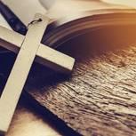Kreuz auf Bibel