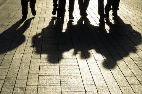 Schatten von Männern auf der Straße