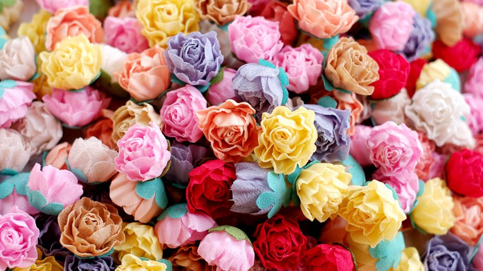 Stoffblumen auf einem Haufen