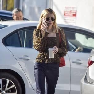 Promi-Looks: Emma Roberts trägt Leo-Print Bluse