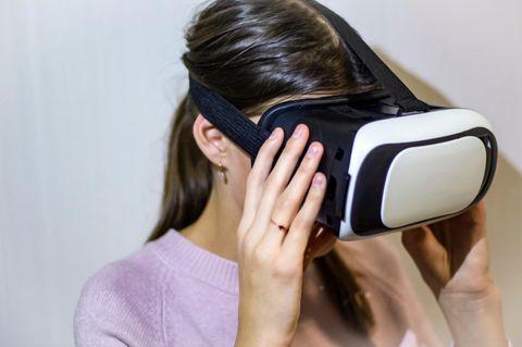 Trauerbewältigung der Zukunft: Eine Frau mit VR-Brille