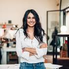 5 Sternzeichen, die geboren wurden, um die Welt zu verändern: Selbstbewusste Frau vor Schreibtisch