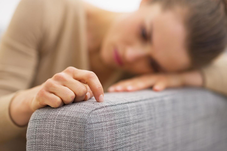 Frustrierte Frau auf Couch