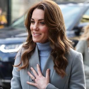 Herzogin Kate: im Mantel und Rolly unterwegs