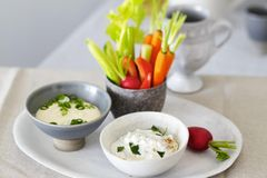 Crudités mit Feta-Quark und Tofu-Aioli