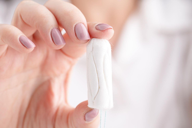 Tampon-Fehler: Hand hält Tampon