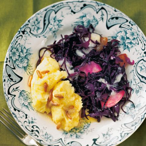 Geschmorte Rotkohlpfanne mit Polenta