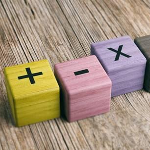 Holzwürfel mit Grundrechenarten-Motiven
