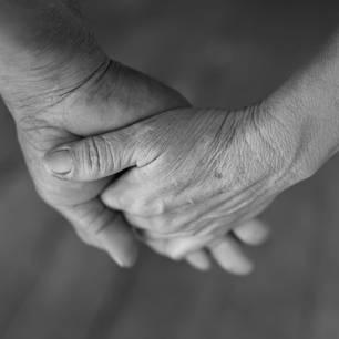 Älteres Paar hält sich die Hände