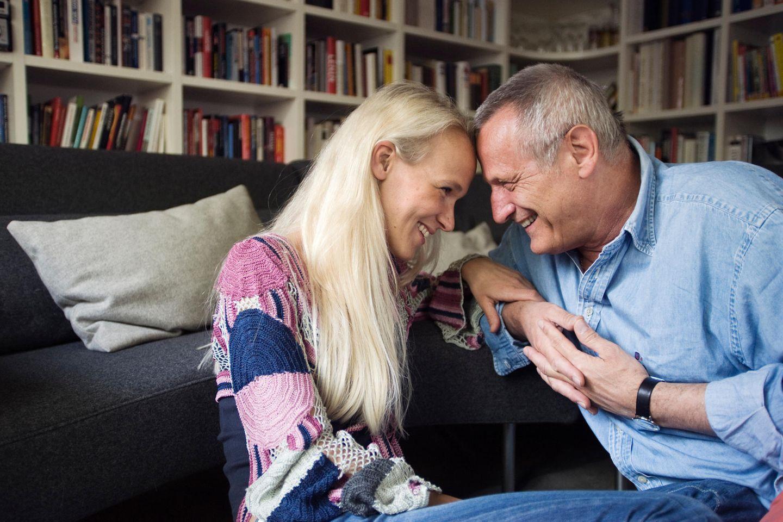 Konstantin und Annik Wecker auf Couch