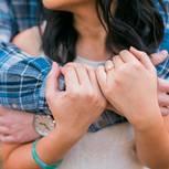 Harmoniesucht: Paar umarmt sich innig