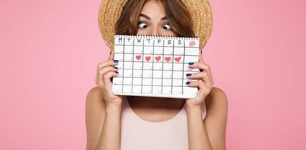 Periode verschieben mit und ohne Pille: Frau mit Zykluskalender