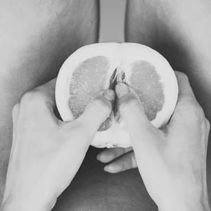 Sex: Grapefruit in der Hand