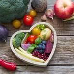 Frisches Gemüse in herzförmiger Schüssel