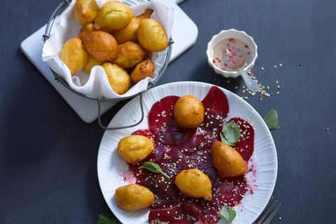 Frittierte Kartoffelbällchen mit Chili-Honig