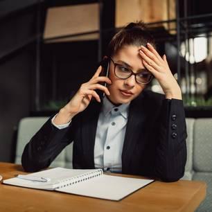 Entnervte Frau am Telefon