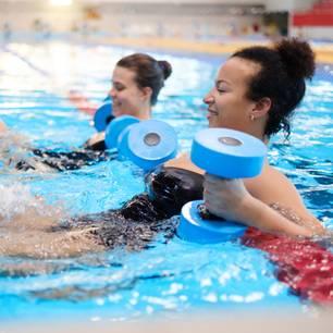 Zwei Frauen im Pool mit Hanteln