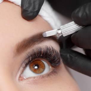 Auge und Augenbraue einer Frau