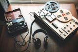 teambuilding-ideen: altes aufnahmegerät und kopfhörer