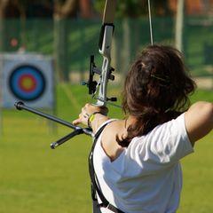teambuilding-ideen: Frau mit Pfeil und Bogen