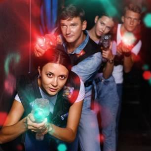 teambuilding-ideen: Junge Leute spielen Lasertag