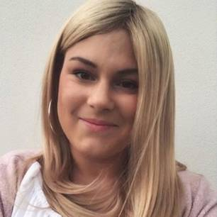 Mia de Vries: Bild mit Perücke