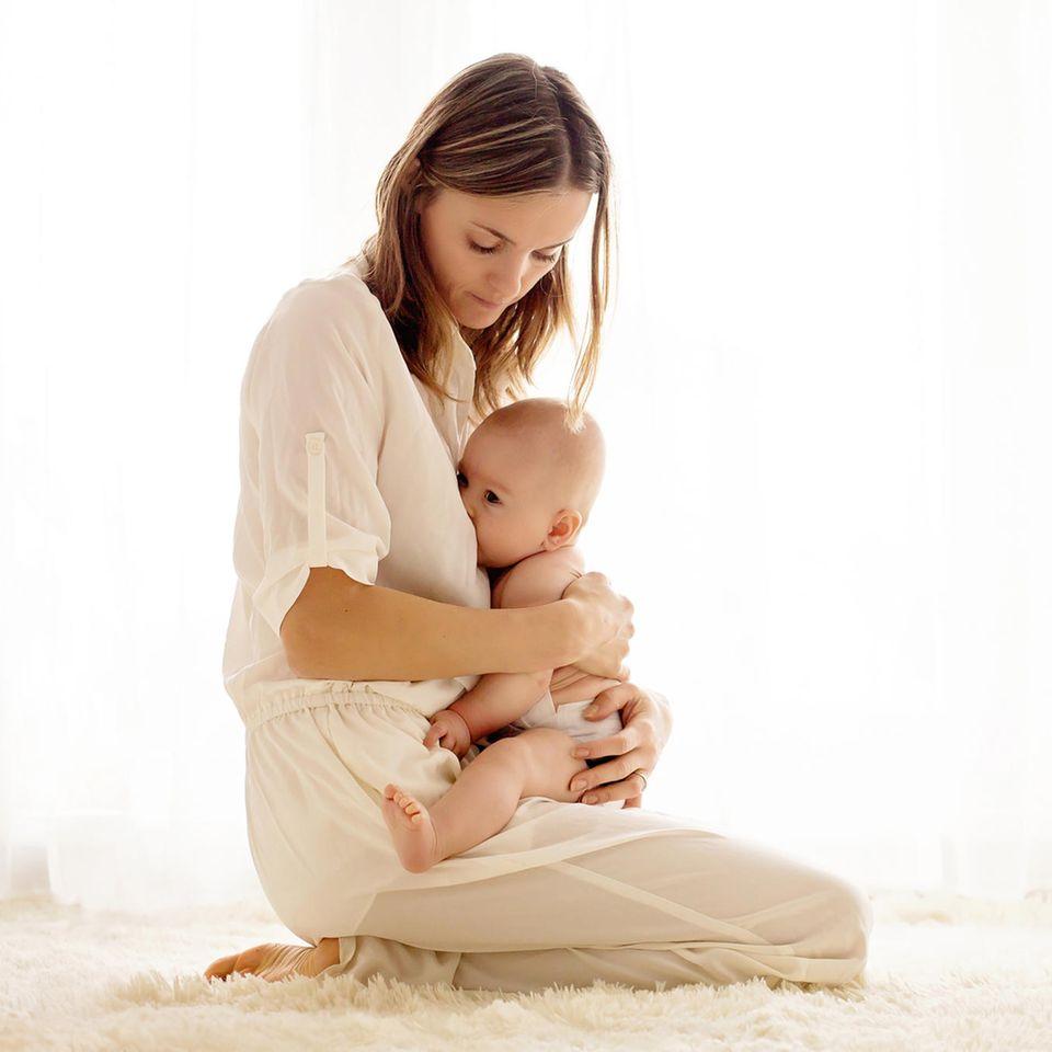 Wunde Brustwarzen: Stillende Mutter