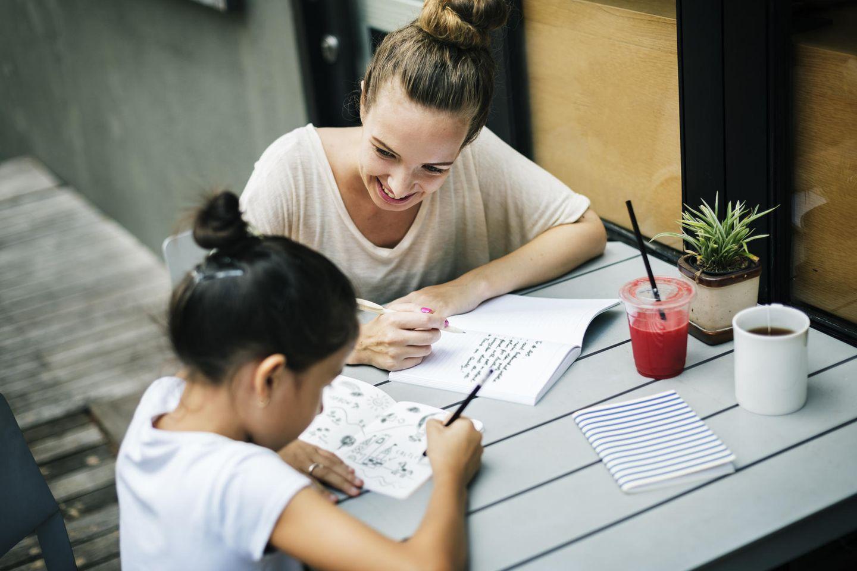 Mutter und Kind lernen zusammen