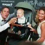 Janni und Peter mit Kind im Wagen