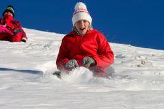 Wir spielen stille Piste: Kind im Schnee