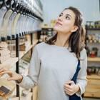 Ernährung nachhaltig umstellen: Frau in Nachhaltigkeitsladen