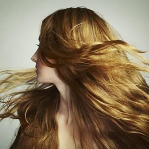 Frau mit wehendem Haar