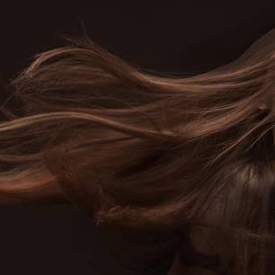 Frau mit langen braunen Haaren