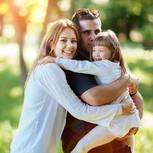 Eltern und Tochter mit Down-Syndrom im Park